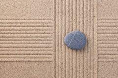 Pebble på krattade sandtvärgator Arkivbilder