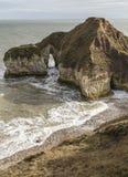 Pebbled海滩和剧烈的峭壁在Flamborough在约克夏朝向 图库摄影