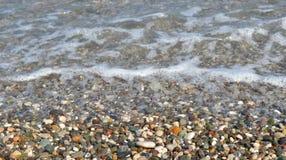 Pebbles och vatten Arkivbilder