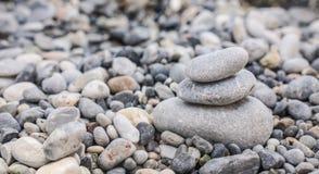 Pebbles på en strand Arkivbild