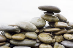 pebbles travde stenar upp Arkivfoto