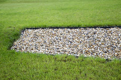 Pebblestones och grönt gräs Arkivfoton