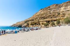 Pebbly strand Matala, Grekland Kreta Matala har blivit berömd för konstgjorda neolitiska grottor, snidit i kalksten vaggar Royaltyfri Bild