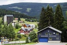 Pec strąk Snezkou, Hradec Krà ¡ lové republika czech - 07, 22, 2018 budynek góry usługa na tle miasteczko zdjęcia royalty free