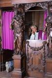 Pecador e padre na cabine da confissão fotos de stock royalty free