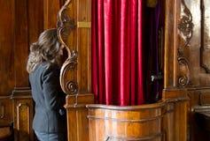 Pecador na cabine da confissão Imagens de Stock