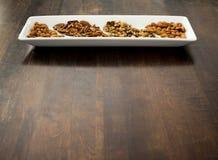 Pecan, noci e mandorle sistemati sul vassoio bianco, spazio della copia Immagine Stock Libera da Diritti