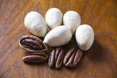 Pecannötter på träbakgrund Arkivfoto