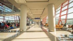 Pechino, Cina - 1° gennaio 2018: La gente ad un aeroporto moderno, salotto di partenza immagine stock