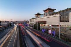 PECHINO, CINA - 21 DICEMBRE 2017: Seta cinese, aggeggi, elettronica e centro commerciale dei vestiti a Pechino accanto ad un gran fotografia stock