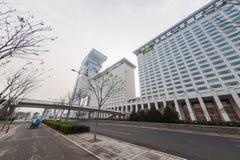 PECHINO, CINA - 6 DICEMBRE 2011: Via moderna accanto al cubo dell'acqua di Pechino Fotografia Stock