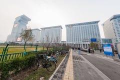 PECHINO, CINA - 6 DICEMBRE 2011: Via moderna accanto al cubo dell'acqua di Pechino Immagini Stock