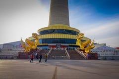 PECHINO, CINA - 29 GENNAIO 2017: Estasi la costruzione alla vecchia torre del CCTV della città, alla facciata di oro ed al vetro  Fotografie Stock