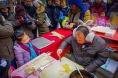 PECHINO, CINA - 29 GENNAIO 2017: Nel tempio olimpico del parco della terra, una bambina sta guardando la preparazione dell'uomo Immagine Stock Libera da Diritti