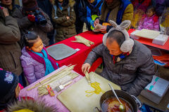 PECHINO, CINA - 29 GENNAIO 2017: Nel tempio olimpico del parco della terra, una bambina sta guardando la preparazione dell'uomo Immagine Stock