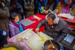 PECHINO, CINA - 29 GENNAIO 2017: Nel tempio olimpico del parco della terra, una bambina sta guardando la preparazione dell'uomo Fotografia Stock