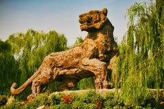 Pechino, Cina 07 06 2018 la figura della tigre di pietra gigante fotografie stock libere da diritti