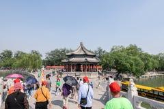 Pechino, Cina - 25 maggio 2018: Vista del viaggio della gente intorno al palazzo di estate, un vasto insieme di laghi, giardini e fotografie stock