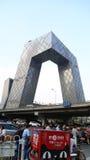 PECHINO, CINA - 6 settembre 2016: Traffichi la giunzione vicino alla costruzione della televisione centrale di Cina (CCTV) nel gi Immagini Stock