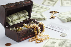 Pecho con el dinero y las joyas Fotos de archivo libres de regalías