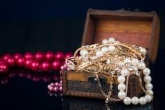 Pecho con las joyas en fondo oscuro Fotografía de archivo libre de regalías