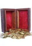 Pecho con las monedas de oro Imágenes de archivo libres de regalías