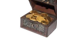 Pecho con las monedas de oro Imagen de archivo libre de regalías