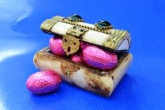 Pecho con los huevos de Pascua del chocolate Foto de archivo libre de regalías