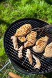Pecho crudo del prendedero del pollo que cocina en rejilla de la barbacoa Imagen de archivo libre de regalías