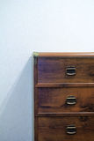 Pecho de cajones de madera Fotos de archivo
