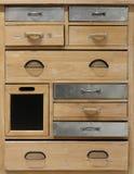 Pecho de cajones de madera rústico con algunos cajones del metal y diversos tipos de manijas imágenes de archivo libres de regalías