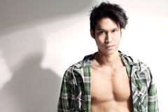 Pecho de descubrimiento modelo masculino chino joven, actitud Imágenes de archivo libres de regalías