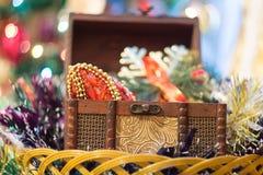 Pecho de la caja de la Navidad Foto de archivo libre de regalías
