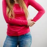 Pecho de la mujer, blusa rosada y pelo largo Fotos de archivo libres de regalías