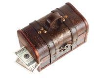 Pecho de madera con el dinero Fotos de archivo libres de regalías
