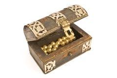 Pecho de madera con las perlas fotos de archivo libres de regalías