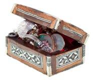 Pecho de madera del embutido de la perla con las joyas fotos de archivo libres de regalías
