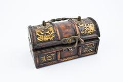 Pecho de madera viejo con las decoraciones Imagen de archivo libre de regalías
