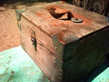 Pecho de madera viejo con las esquinas del hierro Fotografía de archivo libre de regalías