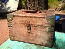 Pecho de madera viejo con las esquinas del hierro Imagenes de archivo