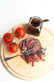 Pecho de pato fumado con salsa picante de la cebolla Foto de archivo libre de regalías