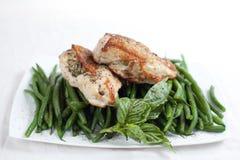 Pecho de pollo asado a la parilla con las habas verdes Imágenes de archivo libres de regalías