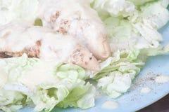 Pecho de pollo cocido al horno con una preparación blanca Imagenes de archivo