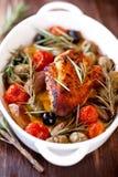 Pecho de pollo cocido al horno horno con las aceitunas Fotografía de archivo