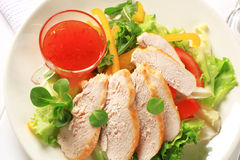 Pecho de pollo rebanado con la salsa de la ensalada y de chiles Fotografía de archivo