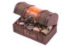 Pecho de tesoro con diversas clases de monedas imagenes de archivo