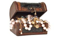Pecho de tesoro con joyería Imágenes de archivo libres de regalías