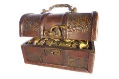 Pecho de tesoro con las monedas de oro aisladas Fotos de archivo libres de regalías