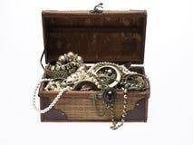 Pecho de tesoro con las porciones de joyería Fotografía de archivo
