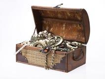 Pecho de tesoro con las porciones de joyería Foto de archivo